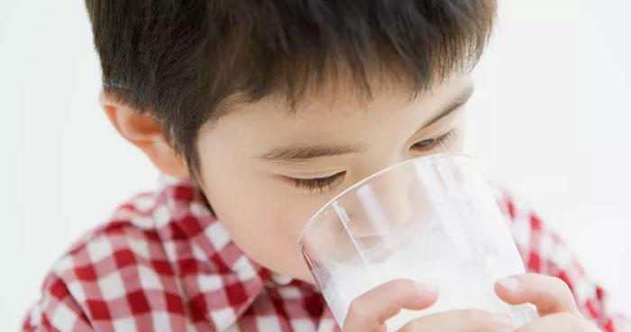 trẻ uống sữa nhiều nhưng vẫn không cao